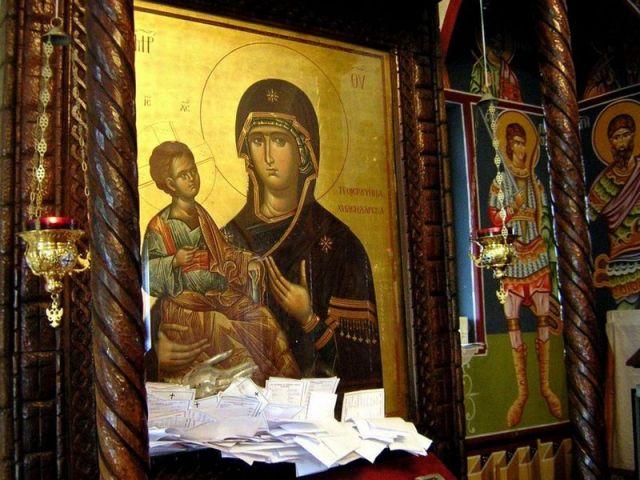 Čudotvorna ikona Bogorodice Trojeručicu, koja je poklon od manastira Hilandar