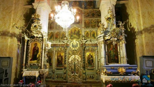 Unutrašnjost manastira, sa ikonostasom.