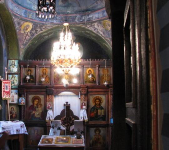 Unutrašnjost manastira sa ikonama