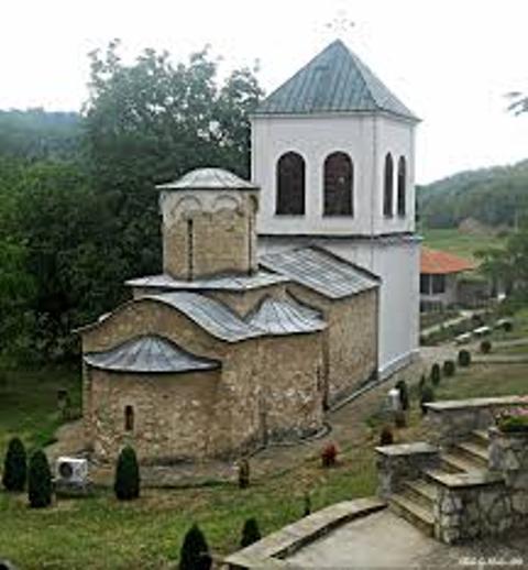 Arhitektura manastira Lipovac - na slici jasno možete razaznati stari deo crkve  od novijeg.