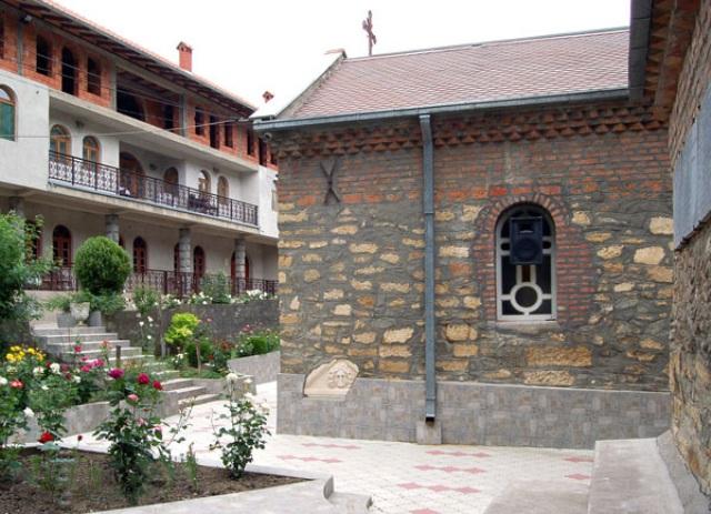 Prvobitni manastir je građen od kamena iz Vinimacijuma, a kasnije je za obnavljanje korišćena cigla. Razlika je uočljiva na zidovima.