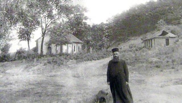 Jeromonah Mardarije 1959. godine. Iza nejga se vidi kapelica na koju je kasnije dograđen manastir.