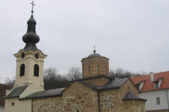 Manastir ima dosta baroknih elemenata. Jedan od njih je i zvonik. Jasno se vidi da su kupola i zvonik rađeni u različitim stilovima.